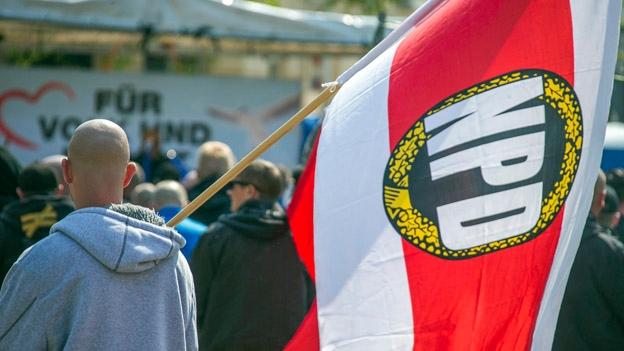 In Deutschland steht ein Verbot einer rechtsextremen Partei zur Diskussion