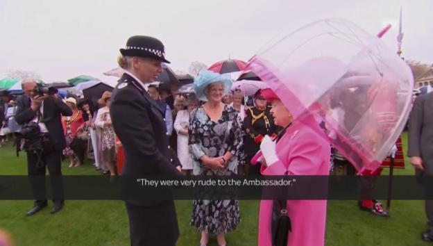Video «Die Queen im Gespräch mit der Kommandantin» abspielen