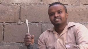 Link öffnet eine Lightbox. Video Dank Jamal können Patienten operiert werden abspielen.