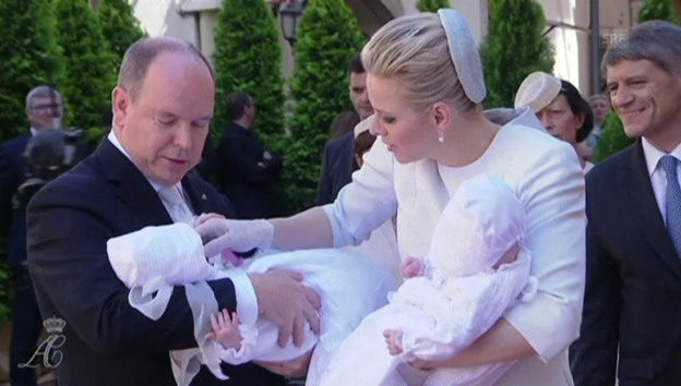 Video «Albert, Charlène und die Babys treffen bei der Kathedrale ein» abspielen