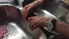 Video «Wie Chromstahlseife gegen Zwiebelgeruch an den Fingern hilft» abspielen