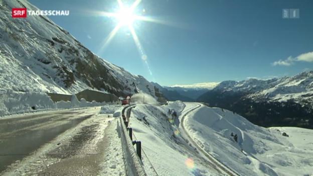 Video «Schnee blockiert den Gotthard-Pass» abspielen