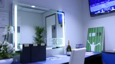 Link öffnet eine Lightbox. Video Werfen Sie einen exklusiven Blick in Federers Garderobe in London abspielen