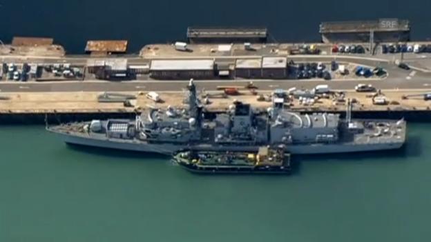 Video «Die HMS Westminster und die auslaufende HMS Illustrious» abspielen