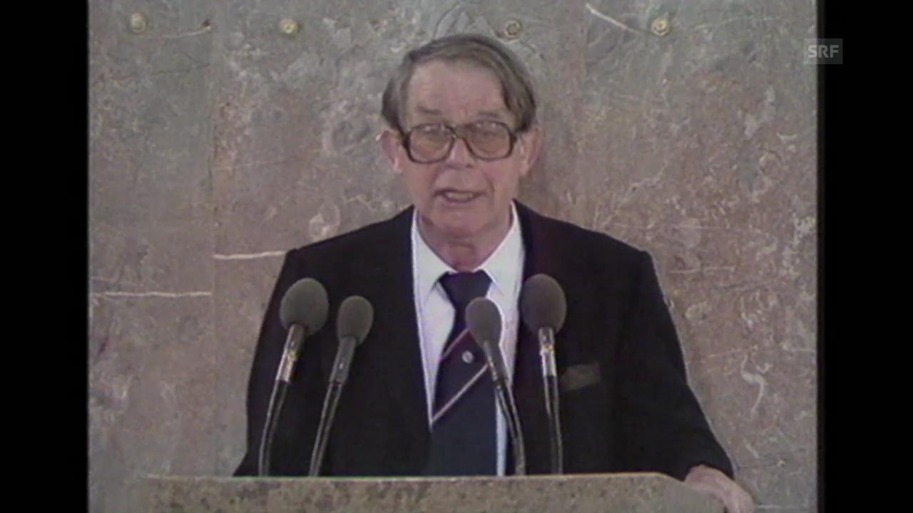 Siegfried Lenz erhält den Friedenspreis des deutschen Buchhandels (1988).