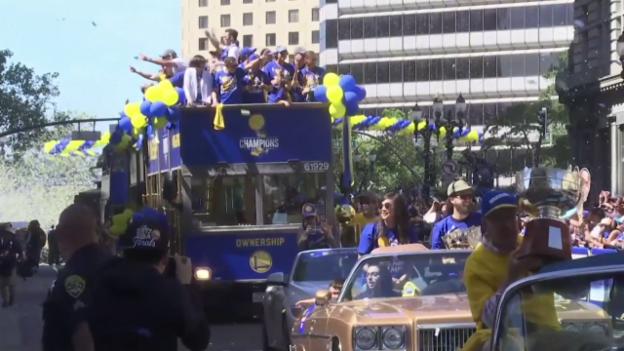 Video «Die Siegerparade der Golden State Warriors» abspielen