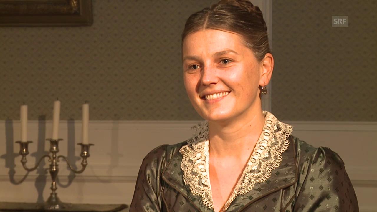 Suzanne Dufour im Interview, gespielt von Barbara Tobola