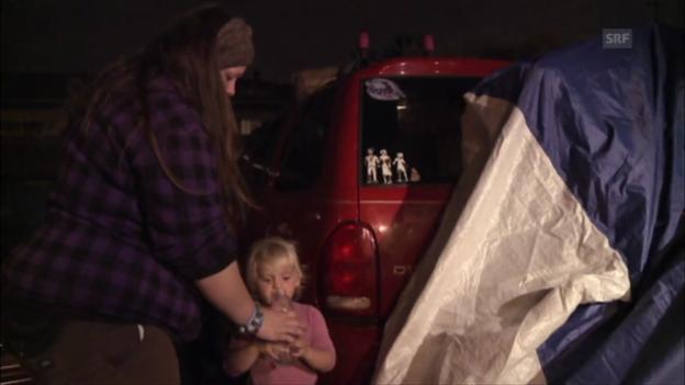 Video «Amber und ihre Kinder schlafen im Auto.» abspielen