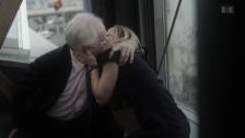 Video «Harald Schmidt küsst Schauspielerin Susanne-Marie Wrage» abspielen