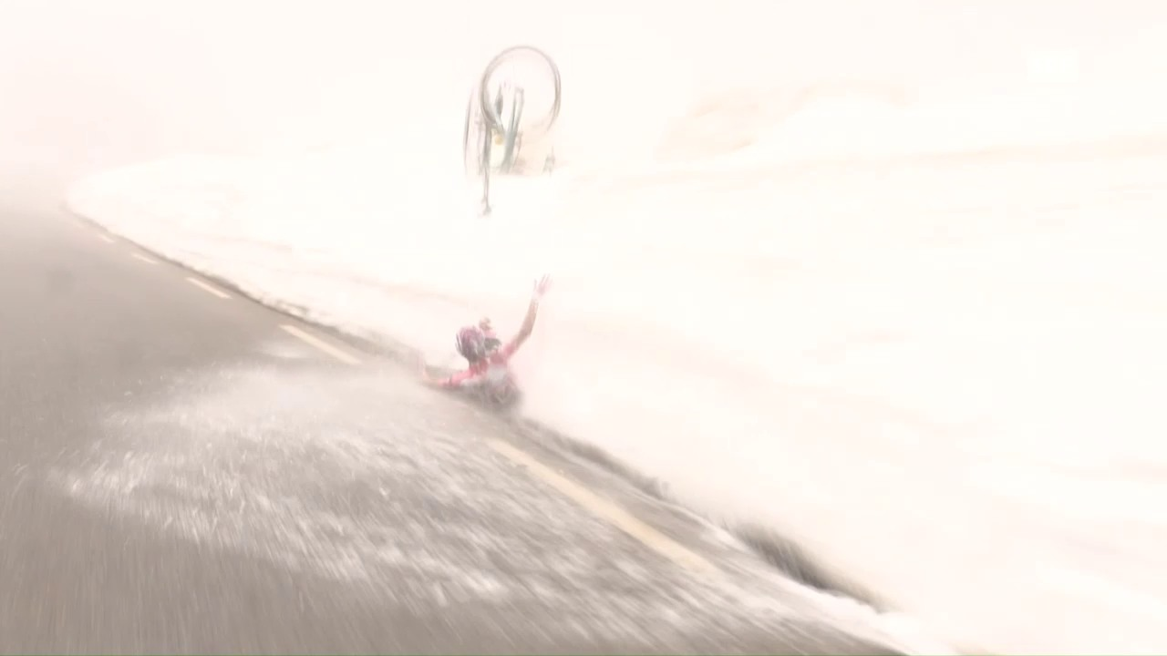 Salto im Schnee: Sturz von Giro-Leader Kruijswijk
