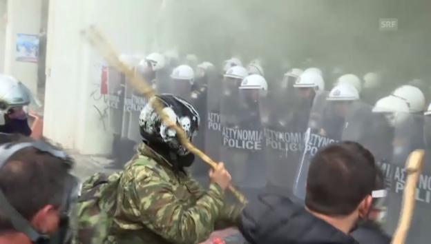 Video «Angriffe von Bauern gegen die Polizei in Athen (unkommentiert)» abspielen