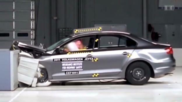 Video «Neuer Crashtest zeigt Schwachstellen im Fahrzeugbau auf» abspielen