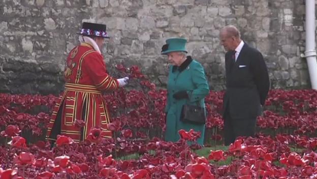 Video «Queen Elizabeths Denkmal-Besuch» abspielen