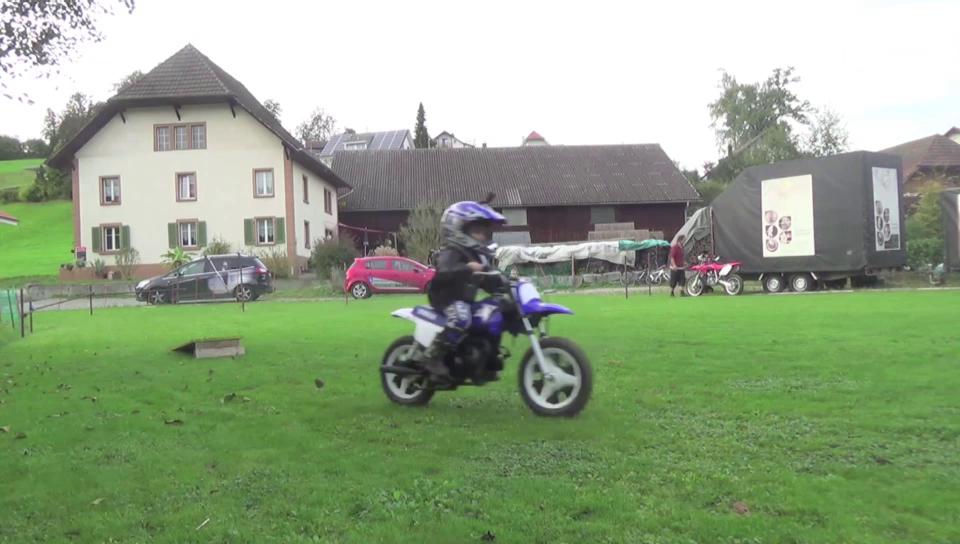 Leo gibt Vollgas auf dem Mini-Motorrad