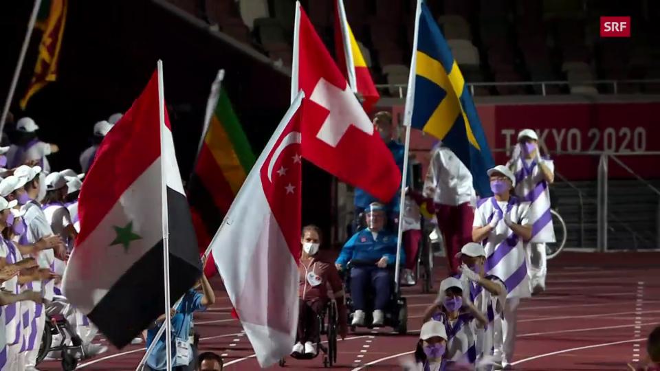 Debrunner porta la bandiera en il stadion