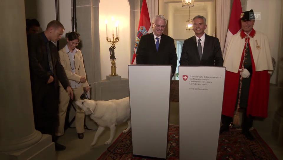 Burkhalter wird mitten in einer Pressekonferenz gestört (engl. Originalton)