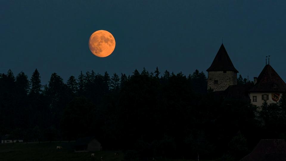 23. Juli: Vollmond-Aufgang über Schloss Trachselwald/BE, Ernst Järmann