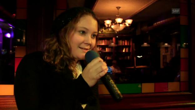 Video «Bettina singt am Karaoke-Abend» abspielen