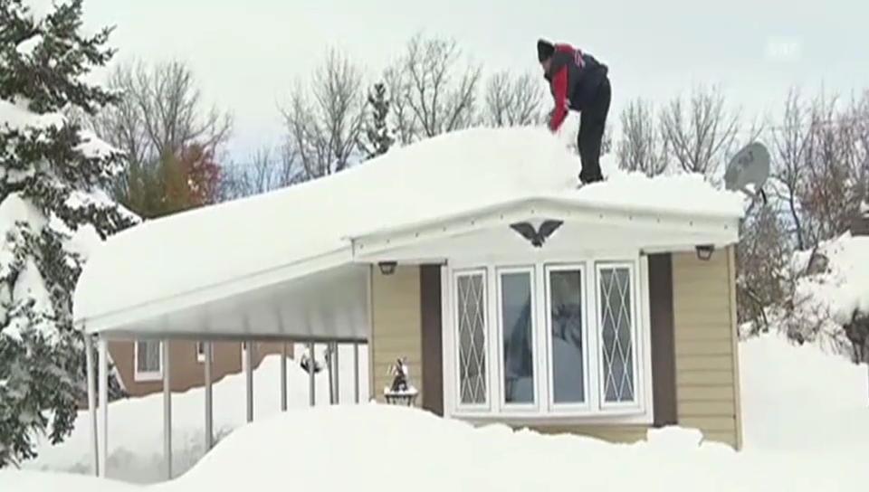 Einwohner von Buffalo befreien ihre Häuser von Schnee (unkomm.)