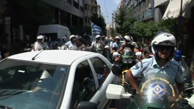 Video «Griechen protestieren gegen Entlassungen» abspielen