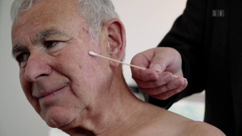 Gottfried Schmid beim Schmerzspezialisten: Schon die Berührung mit einem Wattestäbchen schmerzt.