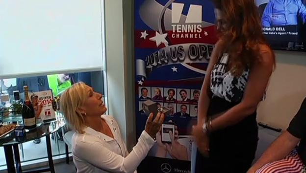 Video «Hier hält Navratilova um die Hand ihrer Freundin an (unkom.)» abspielen