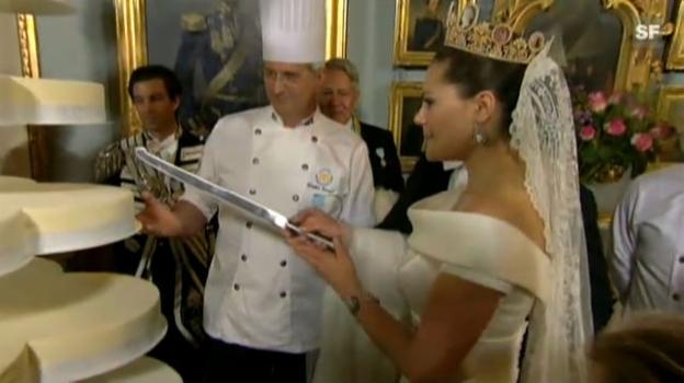 Video «Victoria und Daniel schneiden die Hochzeitstorte an» abspielen