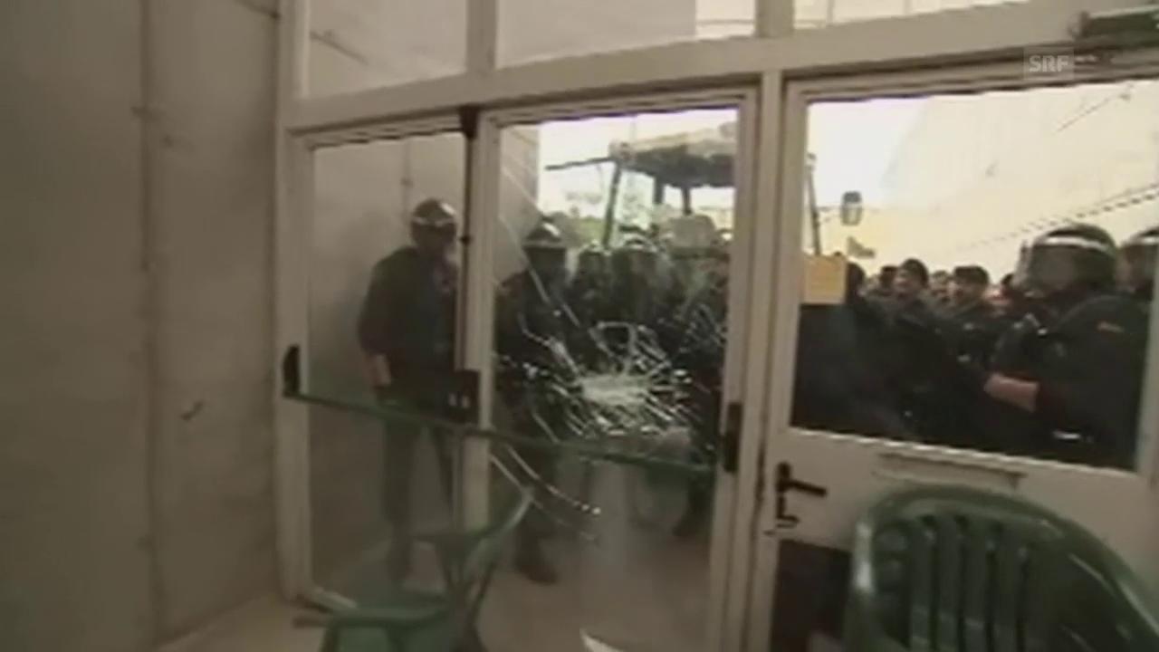 Polizei bricht in Abstimmungslokale ein (unkommentiert)