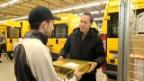 Video «Hightech, Handarbeit und lange Nächte: Backstage bei der Päckli-Post» abspielen