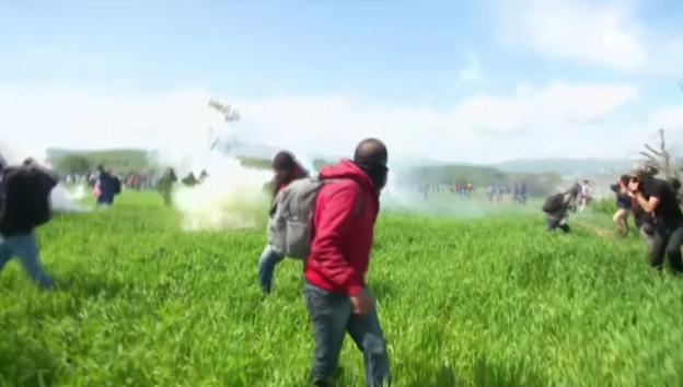 Video «Flüchtlinge an griechisch-mazedonischer Grenze» abspielen