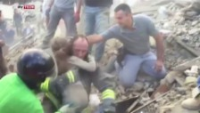 Video «Kleine Giulia wird aus den Trümmern geborgen» abspielen