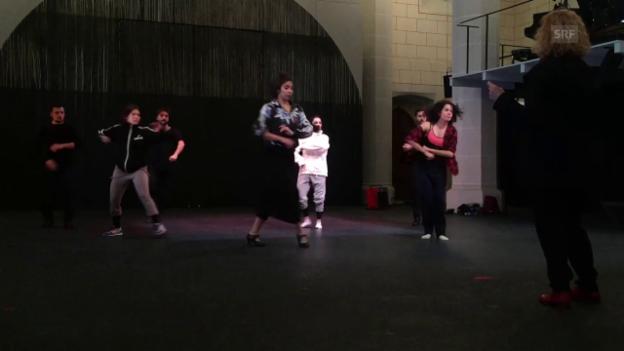 Video «Die Tänzer wärmen sich auf vor der Probe» abspielen