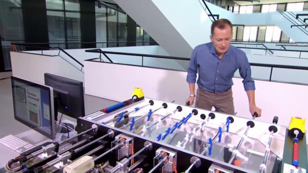 Video «Tischfussball: Roboter gegen SRF-Moderator» abspielen