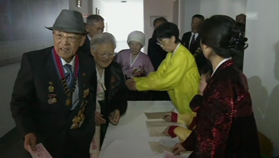 Nordkoreaner in einem Stimmlokal in Pjöngjang (unkommentiert)
