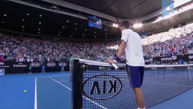 Video «Djokovic müht sich gegen Simon in den Viertelfinal» abspielen