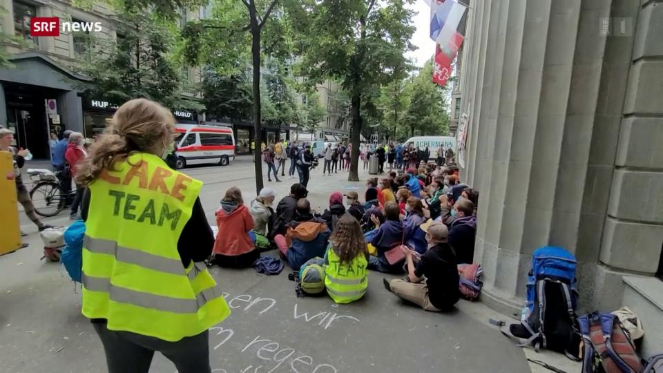 Aktivisten der Klimabewegung starten Aktionswoche beim Paradeplatz in Zürich