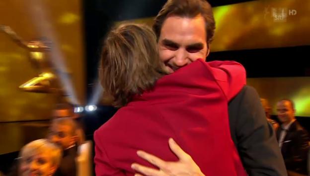 Video «Sports Awards: Nannini umarmt Federer» abspielen