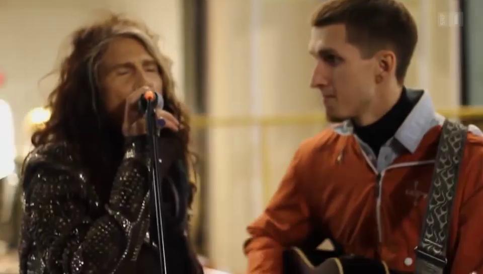 Aerosmith musiziert mit Strassenmusiker