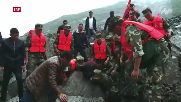 Video «Rettungskräfte suchen nach Überlebenden» abspielen