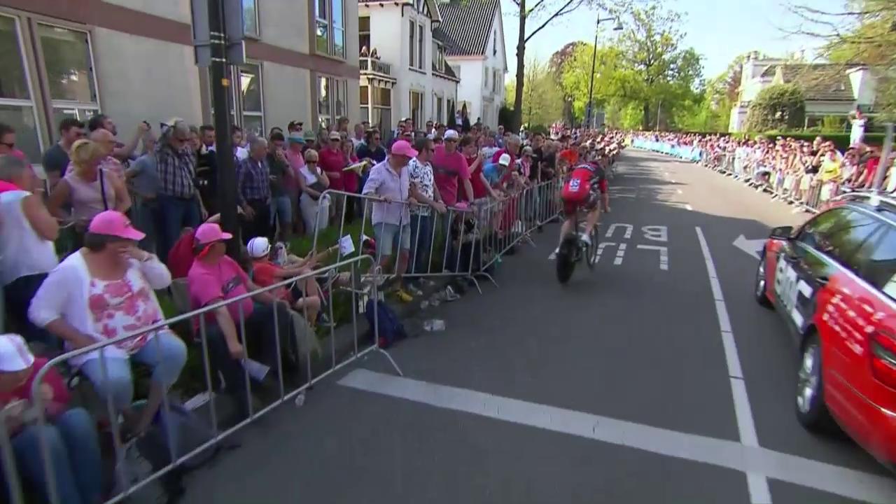 Stefan Küng stürzt beim Auftaktzeitfahren des Giro