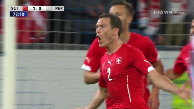 Video «Fussball: Schweiz - Peru: Das 1:0 von Lichtsteiner» abspielen