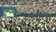 Video «Südkoreaner begrüssen Franziskus mit «Viva Papa»» abspielen