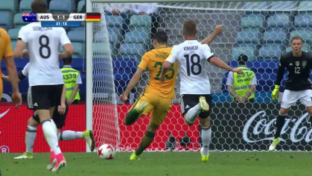 Video «Australiens Rogic düpiert Mustafi und Goalie Leno» abspielen